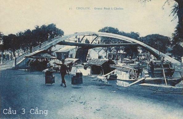 Cầu Ba Cẳng ở Chợ Lớn, gần phía sau chợ Kim Biên nay không còn nữa. Cầu ở đầu đoạn rạch Bãi Sậy, nay lấp thành đường Bãi Sậy và Phạm Văn Khoẻ quận 6. Cầu Ba cẳng nằm ở khúc rẽ phải ra kênh Tàu Hủ, hai chân nằm ở bến Bãi Sậy và bến Nguyễn Văn Thành và chân kia ở bến Vạn Tượng. Đoạn cuối rạch này vẫn chưa lấp, và cầu tồn tại đến năm 1990 thì bị sập.