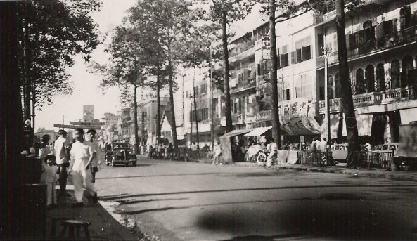 Boulevard_Congphuong_la_poste_Cholon Việt Nam vào năm 1950 của ông Urbain CALESTROUPAT