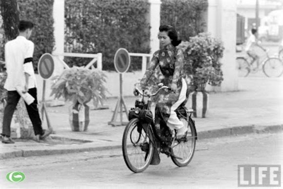 Sài Gòn phóng solex rất nhanh. Đôi tay hoàng yến ngủ trong gants. Có nghe hơi thở cài vương miện. Lên tóc đen mềm nhung rất nhung...