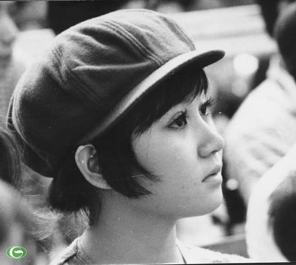 Đôi mắt to đen, sáng lấp lánh. Khuôn miệng nhỏ lanh lợi, khuôn mặt bầu bĩnh, làn da hơi ngăm là đặc điểm riêng của nữ sinh Sài Gòn xưa.
