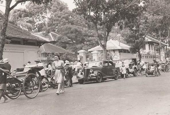 Cảnh giờ rước học sinh tại trường. Hiện cổng này nằm trên mặt tiền đường Nguyễn Thị Minh Khai.