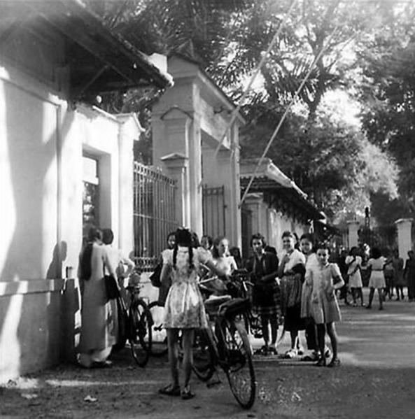 Cổng trường năm 1947 h2