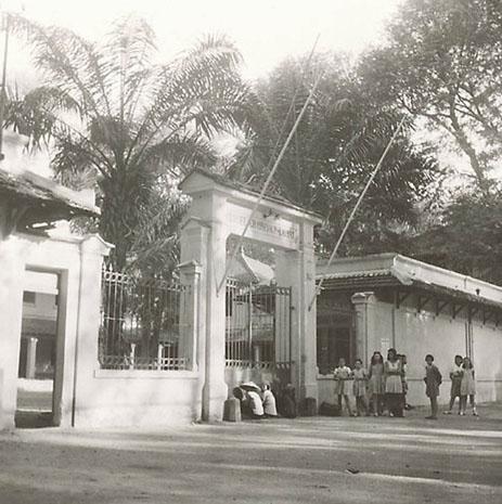 Cổng trường năm 1947