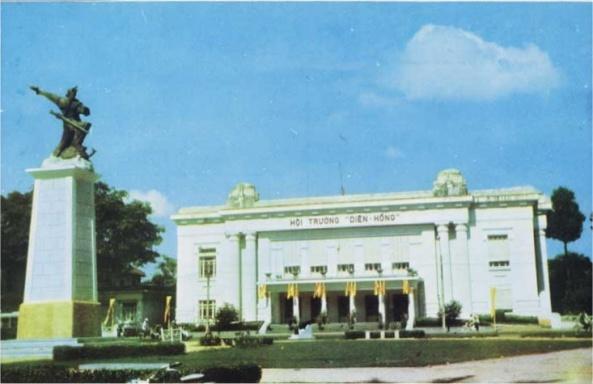 Hội trường Diên Hồng (pho tượng phía trước là An Dương Vương) trên đường Công Lý, bến Chương Dương, là trụ sở của Thượng Nghị Viện nước Việt Nam Cộng Hòa.