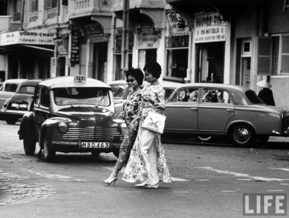 Thiếu nữ dạo phố