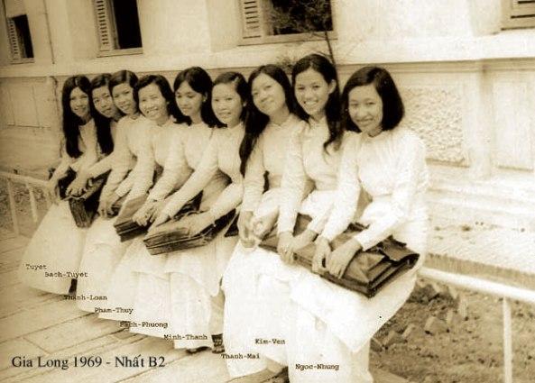 Nữ sinh trường Gia Long năm 1969 với chiếc áo dài thướt tha.