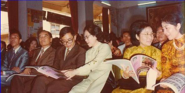Bà Hiệu trưởng Tuyết và các giáo sư cùng quan khách trên bộ Giáo Dục tới dự lễ Hai Bà Trưng tổ chức tại trường Trưng Vương.