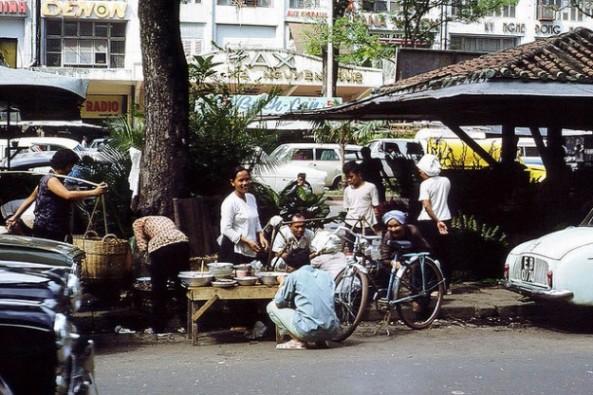 Bán cơm trưa cạnh dãy kiosque trên Đại Lộ Nguyễn Huệ (1966)