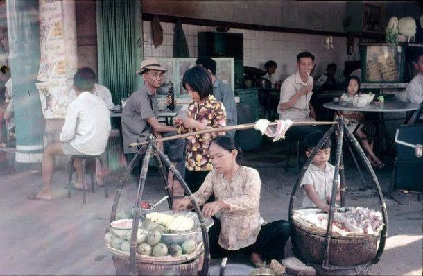 qua vat Sai Gon 4 - Quán vỉa hè và gánh hàng rong cùng mưu sinh