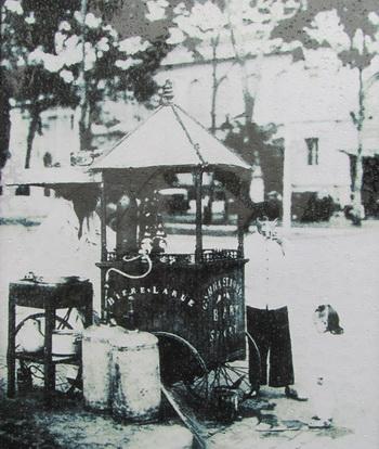 Xe bán bia tươi lưu động trước cửa Bưu điện Sài Gòn năm 1900