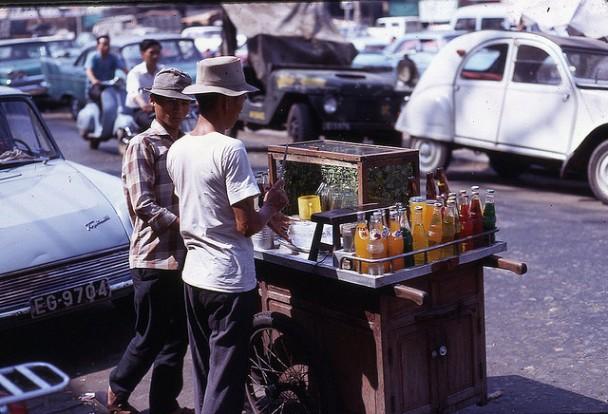Xe đẩy bán thức ăn và nước ngọt