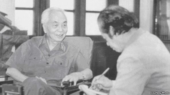 Đại Tướng Võ Nguyên Giáp và nhà báo quân đội Bùi Tín.