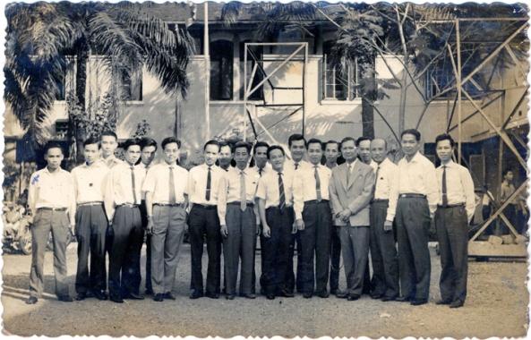 Hiệu trưởng Cao thanh Đảnh và các Giáo Sư trường trung học kỹ thuật Cao Thắng.