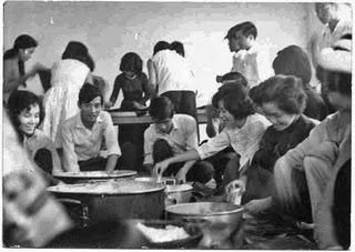 Sinh viên đại học Dược Khoa Sài Gòn gói bánh chưng để đem giúp đồng bào miền Trung bị bão lụt năm Thìn 1964