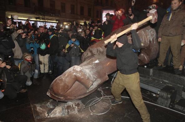 Tượng Vladimir Lenin tại thủ đô Kiev bị dân chúng bị dân Ucraina giật sập và dùng búa đập nát . Photo courtesy: AP