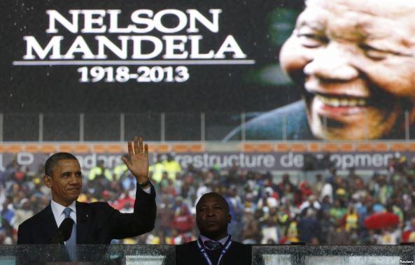 """Tổng thống Obama gọi ông Mandela là """"một người khổng lồ trong lịch sử, đưa một quốc gia đến công lý, và trong tiến trình này làm xúc động hàng tỉ người trên thế giới."""" Hơn  100 nhà lãnh đạo thế giới đã đến dự lễ truy điệu."""