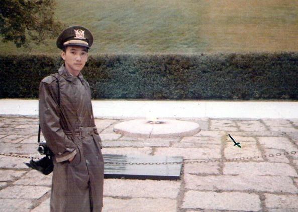 Bên mộ Tổng thống Kennedy, Nghĩa trang Arlington  (hình chụp năm 1971).