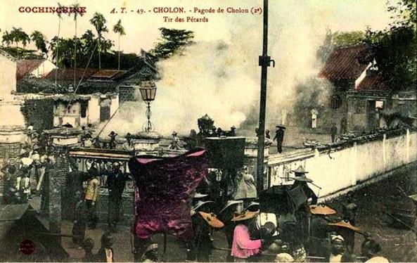 Đốt pháo Tết trong một sân chùa ở Chợ Lớn 1905