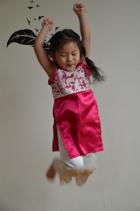 Nỗi mừng vui của trẻ con trong bộ quần áo mới đón Xuân.