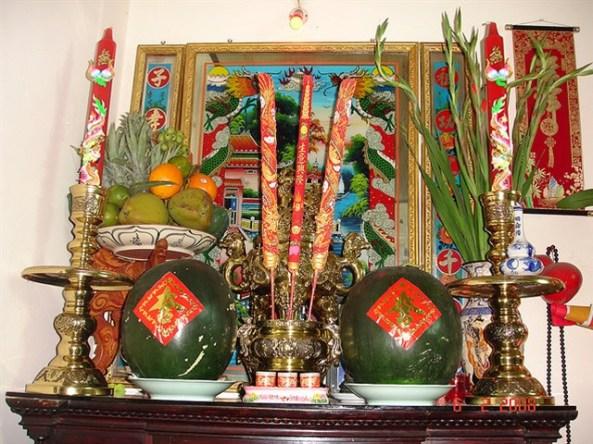 Cùng mâm ngũ quả, cặp dưa hấu không thể thiếu trên bàn thờ dịp Tết. Có lẽ qua truyền thuyết Mai An Tiêm từ thời vua Hùng Vương.