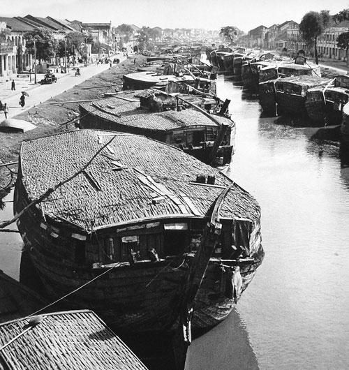 Ghe thuyền trên bến Bình Đông Sài Gòn xưa
