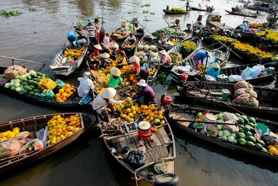 Ghe thuyền chở hoa trái bán Tết