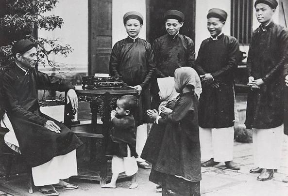 Theo truyền thống, sáng sớm mồng một Tết (còn gọi là ngày Chính đán), các con cháu tụ họp để lễ Tổ tiên chúc Tết ông bà, các bậc huynh trưởng và mừng tuổi lẫn nhau.