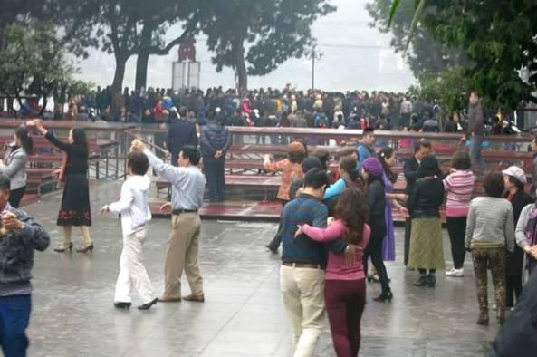 CA dùng sân khấu và nhảy đầm để ngăn cản người tưởng niệm 17/2/2014