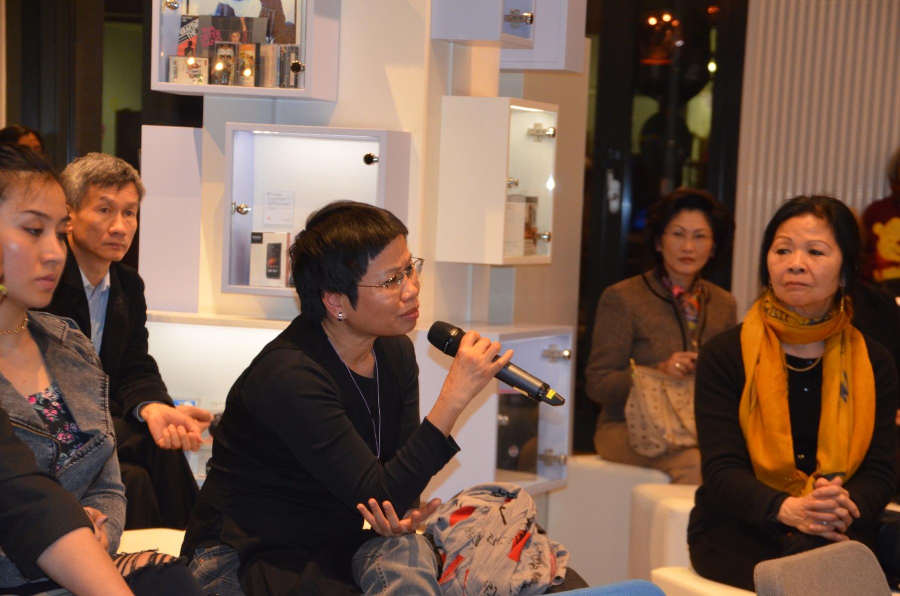 Nhà văn Phạm Thị Hoài đặt câu hỏi.