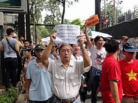Nhà văn, Đại tá Phạm Đình Trọng xuống đường biểu tình chống Trung Quốc vào ngày 11/5/2014