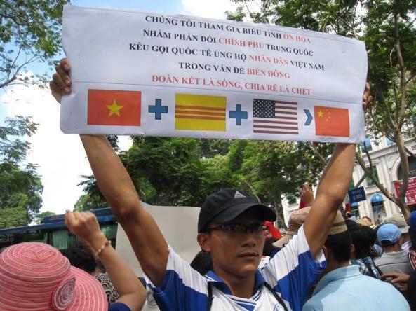 Anh sinh viên  tên Lam bị hành hung vì tấm biểu ngữ trên.