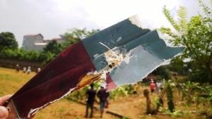 Người dân nhặt được xác máy bay rơi.  Ảnh: Nguyễn Tuấn