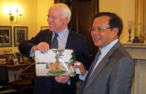Bí thư Thành ủy Phạm Quang Nghị trao tặng Thượng nghị sĩ John McCain bức ảnh chụp bia chứng tích bên hồ Trúc Bạch.
