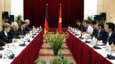 Bộ trưởng Bộ Kinh tế Wolgang Schäuble (hàng thứ 2 từ trái sang) trong chuyến thăm VN tại HN  © Luong Thai Linh/EPA/dpa