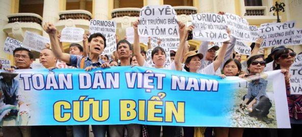 Người dân khắp nơi ở Việt Nam xuống đường biểu tình Vì Môi Trường. (Hình này chụp dân xuống đường biểu tình ở Hà Nội ngày 8/5/2016.)